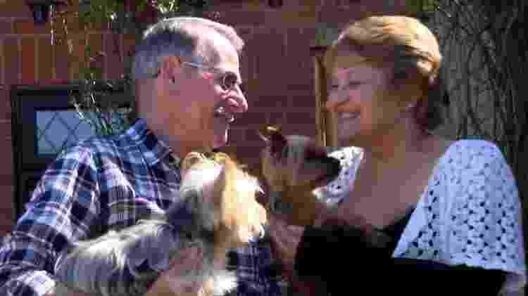 Linda com o marido, David, e os cães do casal - BBC - BBC