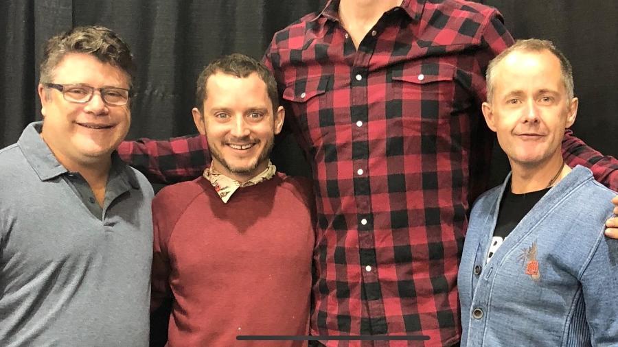"""O ator Joonas Suotamo posa para foto com os atores que interpretaram os Hobbits em """"O Senhor dos Aneis"""" - Reprodução"""