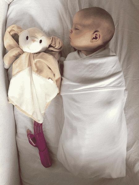 A pequena Lucie caiu no sono com o barulhinho do vibrador dos pais - Reprodução/Instagram