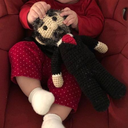 Filha de Gregorio Duvivier, Marieta brinca com boneco de crochê do ex-presidente Lula - Reprodução/Instagram/gduvivier