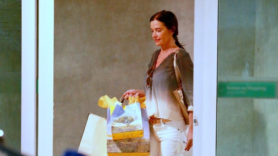 Luma de Oliveira passou a tarde fazendo compras em um shopping na zona sul do Rio e deixou o local cheia de sacolas - AgNews