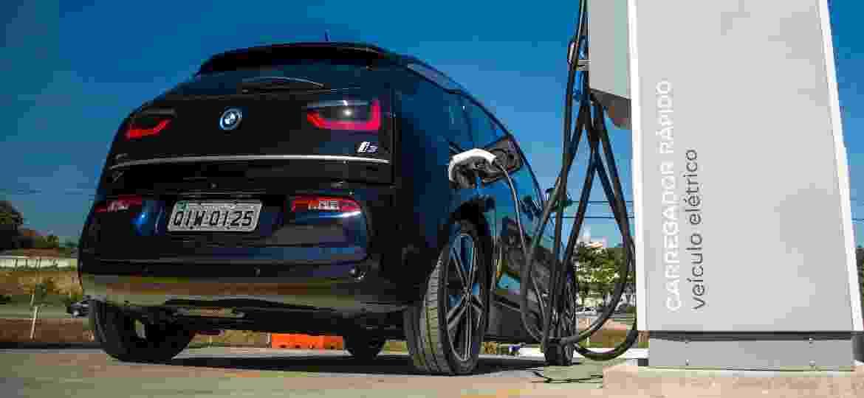 BMW i3 em posto de recarga da Rodovia presidente Dutra: eletrovia já permite viagem entre SP e Rio com o modelo - Divulgação