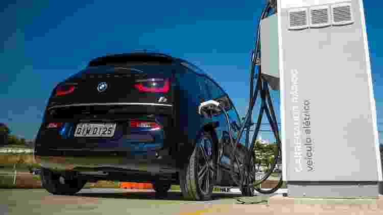 BMW i3 no posto de recarga da Rodovia presidente Dutra - Divulgação - Divulgação
