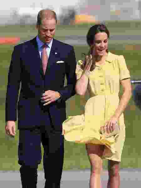 Em 2011, Kate sofreu com o vento sobre seu vestido e seu cabelo no Aeroporto de Calgary  - Getty Images