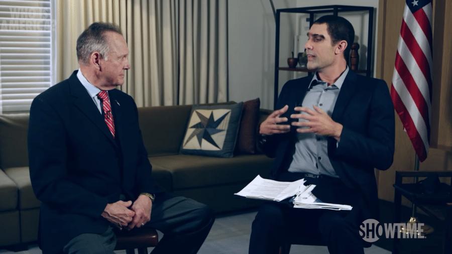 O político Roy Moore e o ator Sacha Baron Cohen - Reprodução/YouTube