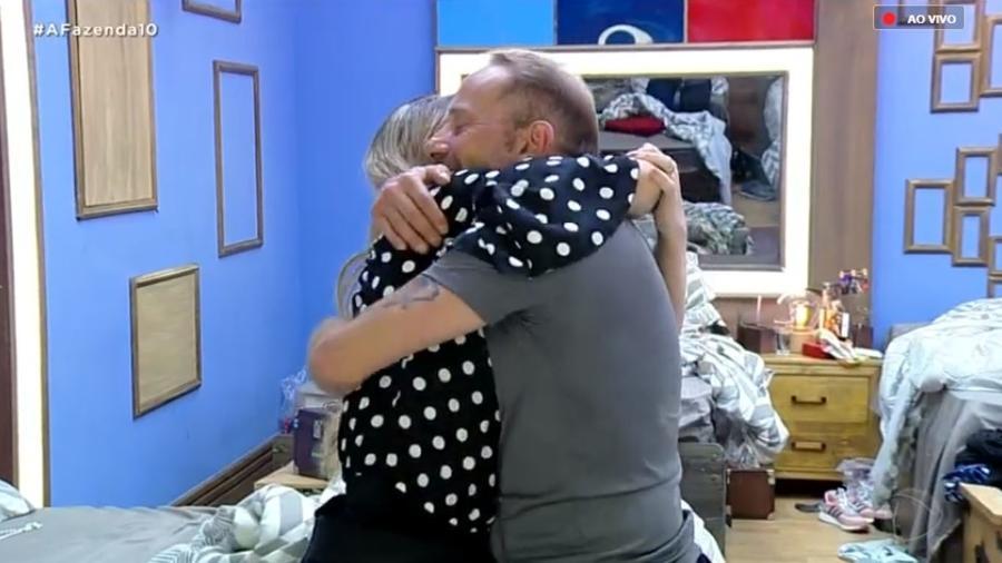 Rafael Ilha abraça Nadja Pessoa e pede que ela mude - Reprodução/RecordTV