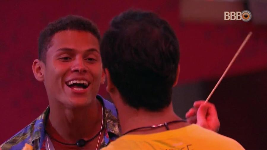 """Danrley conversa com Vinicius durante primeiro jantar do """"BBB19"""" - Reprodução/TvGlobo"""