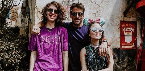 Larissa Manoela parabeniza Lucas Jagger e brinca sobre amizade deles