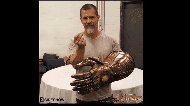 Josh Brolin usa Manopla do Infinito em tamanho real - Reprodução/Facebook/HotToys