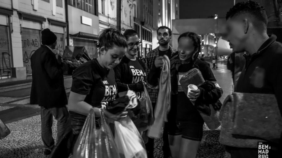 Voluntárias de ONG distribuem doações a moradores de rua - Edgar Yamao/ONG Bem da Madrugada/Divulgação