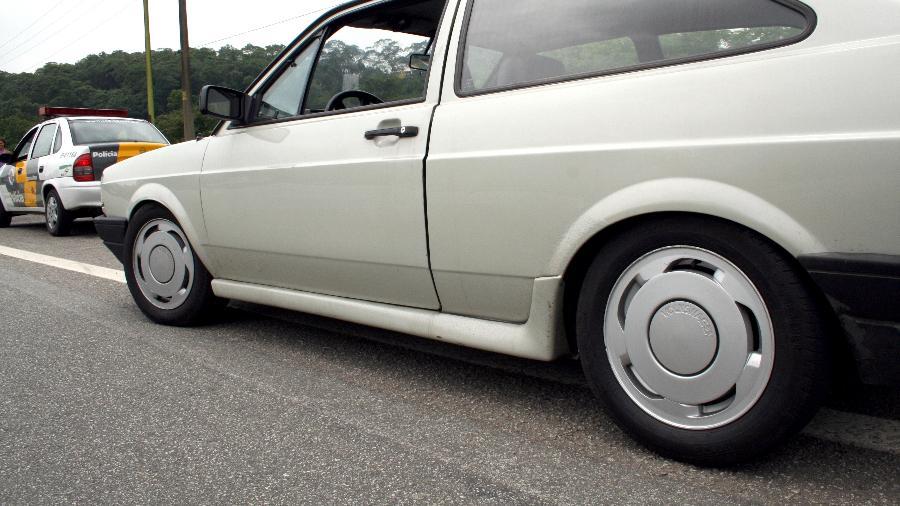 Carro é retido durante blitz de trânsito; suspensão não pode ter altura inferior a 10 cm do solo - Thiago Bernardes/Folha Imagem