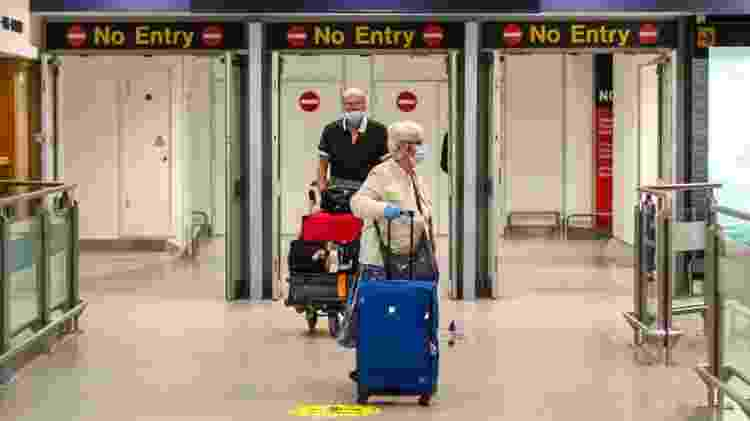 Passageiros chegam ao terminal de Manchester, na Inglaterra, durante a crise do coronavírus - Getty Images - Getty Images