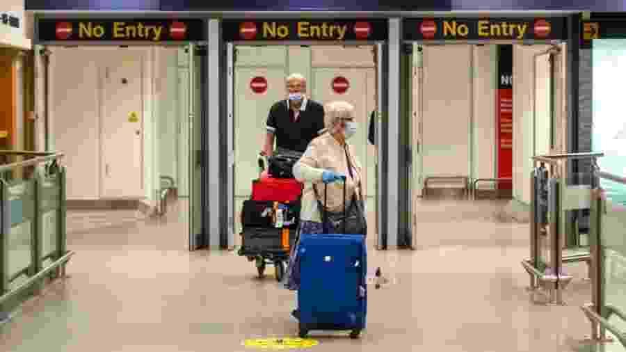 Passageiros chegam ao terminal de Manchester, na Inglaterra, durante a crise do coronavírus - Getty Images