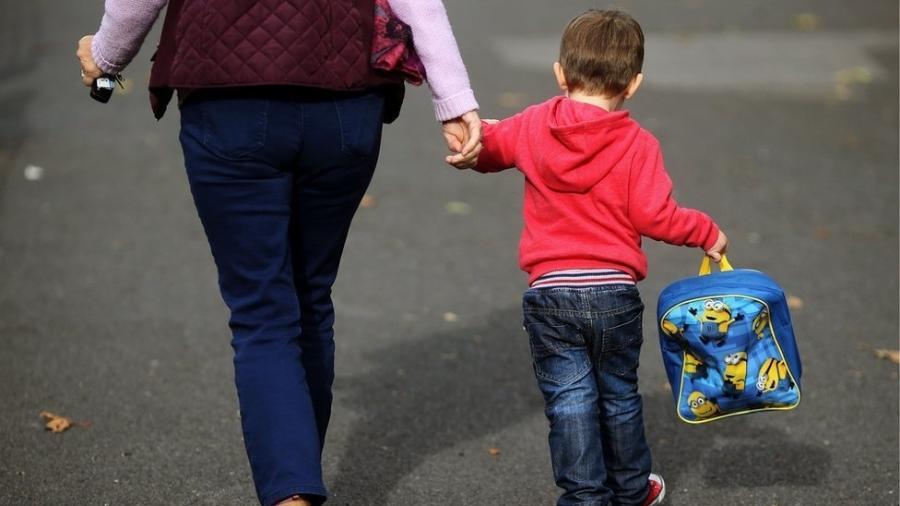 Crianças hospitalizadas com o choque no Reino Unido apresentavam sintomas parecidos: febre alta, erupções cutâneas, olhos vermelhos, inchaço e dor generalizada - PA Media