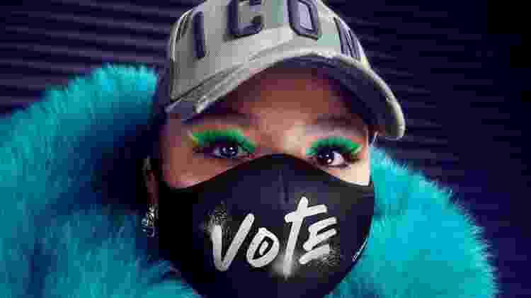 """Lizzo com máscara estampada com a palavra """"Vote"""" - Reprodução/Twitter - Reprodução/Twitter"""