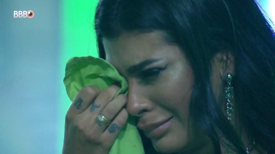 BBB 21: Pocah cai no choro durante festa - Reprodução/Globoplay