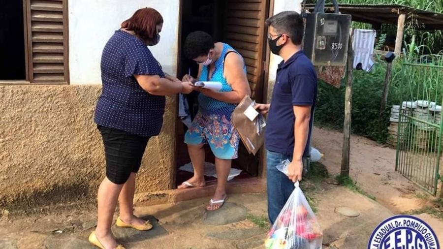 Diretor da Escola Estadual Dr. Pompílio Guimarães distribui alimentos nas casas de estudantes - Divulgação/E.E Dr. Pompílio Guimarães