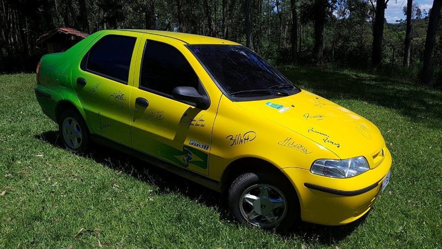 Fiat Siena criado para a Fundação Cafu com assinatura dos pentacampeões - Acervo Pessoal