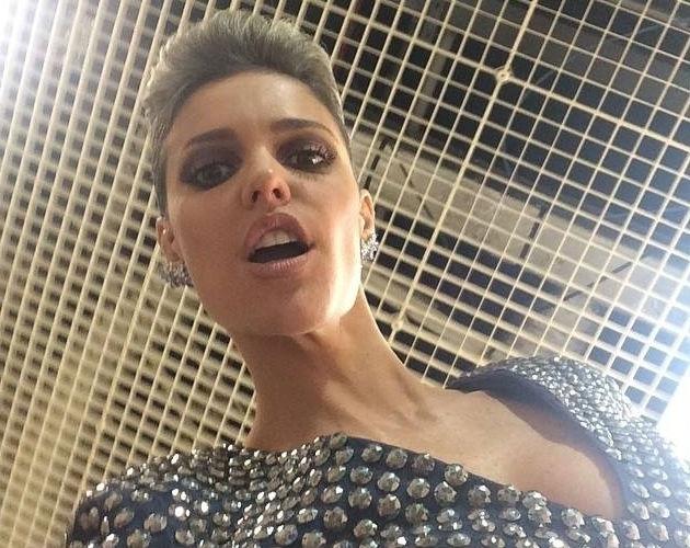 12.jul.2015 - Fernanda Lima posta foto em seu perfil oficial no Facebook, dando uma dica de qual look usará na final de