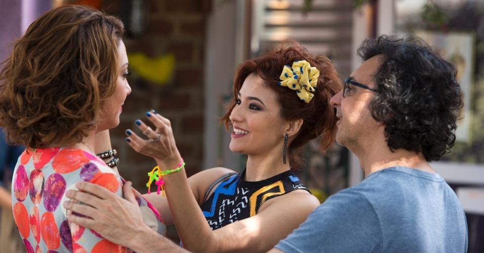 """Carolina Oliveira elogia o visual de sua mãe na ficção: """"Seu cabelo está lindo!"""". """"Agora está feio, você meteu a mão"""", brinca Fabíula Nascimento, observada pelo diretor Carlos Araújo"""
