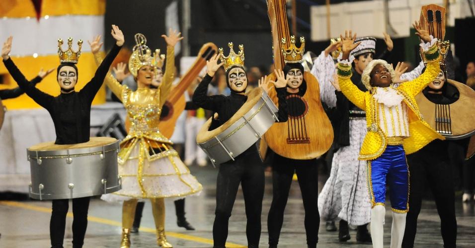 6.fev.2016 - A comissão veio homenageando o início do samba no Brasil, há cem anos