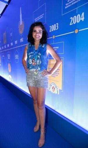7.fev.2015 - Vanessa Giácomo posa para fotos no camarote da BOA na Marquês de Sapucaí