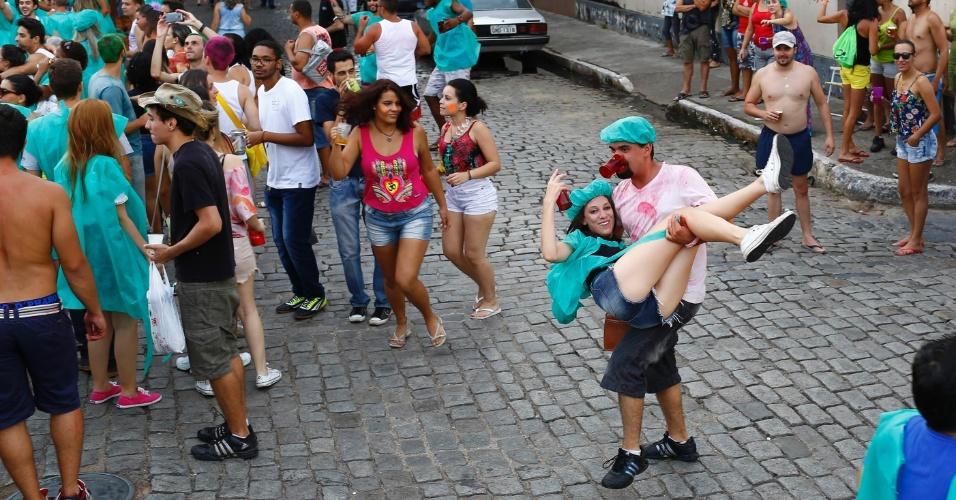 7.fev.2016 - Casal de foliões brinca durante o Bloco Santa Casa, no centro histórico de São João Del Rei (MG)