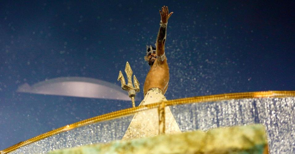 9.fev.2016 - Após desfilar como Netuno, Cláudio Mattos saúda o público da Portela