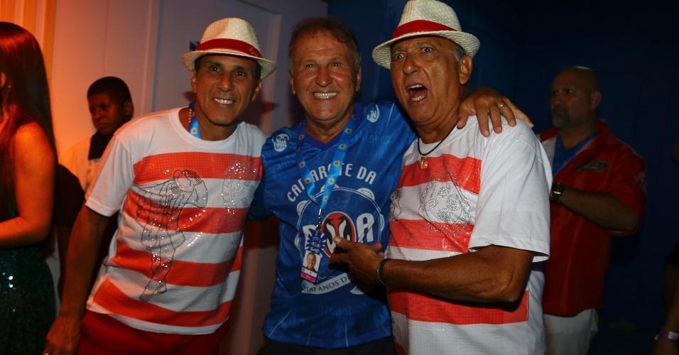 13.fev.2016 - Zico posa com  Eri Johnson e Galvão Bueno em camarote da Sapucaí