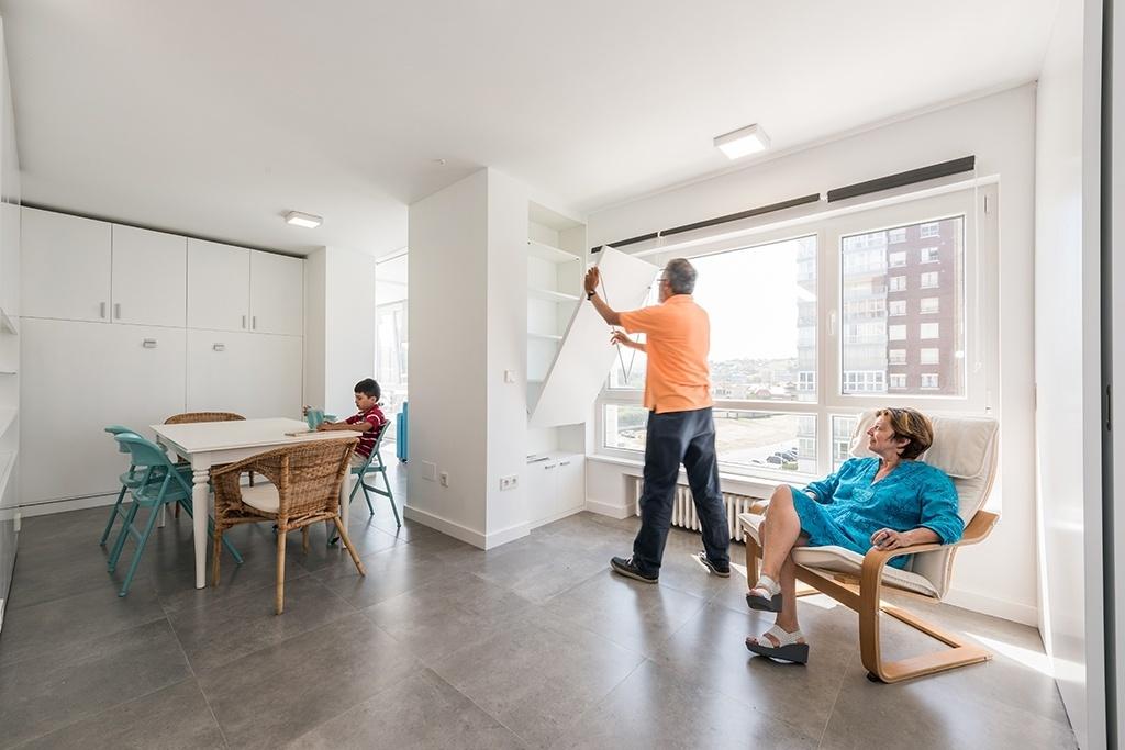 No apê MJE, nas Astúrias, atrás das superfícies brancas escondem-se armários, nichos, mesas e camas. A instalação de módulos móveis deu flexibilidade ao programa do imóvel, que pode ser adaptado às diferentes necessidades de seus moradores. O projeto é assinado pelos arquitetos do escritório PKMN