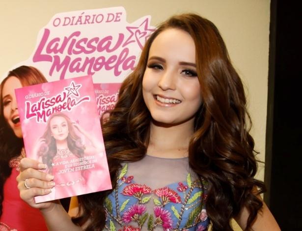 aaec7f0df00db Larissa Manoela lança seu 1º livro e reúne multidão em shopping de ...