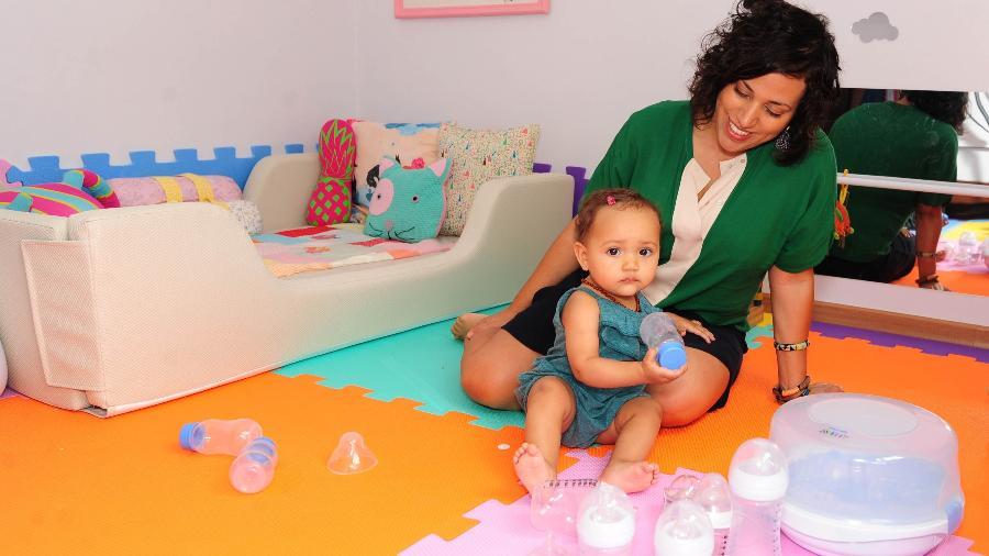 Fernanda Marque, 35, e a filha Teresa, 10 meses, ao lado de mamadeiras e esterilizador que não estão em uso - Junior Lago/UOL