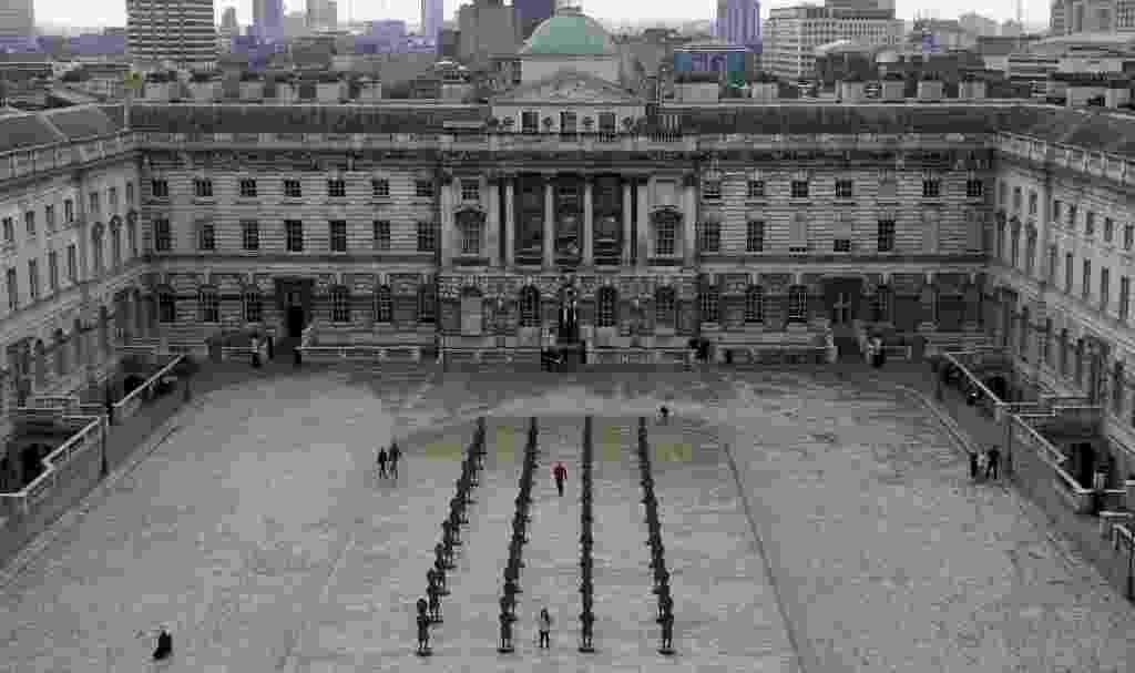 """4.out.2016 - Instalação """"Negro e Azul: O Homem Invisível e a Máscara da Negritude"""", do artista Zak Ove, no pátio de um antigo palácio real de Londres - AFP"""