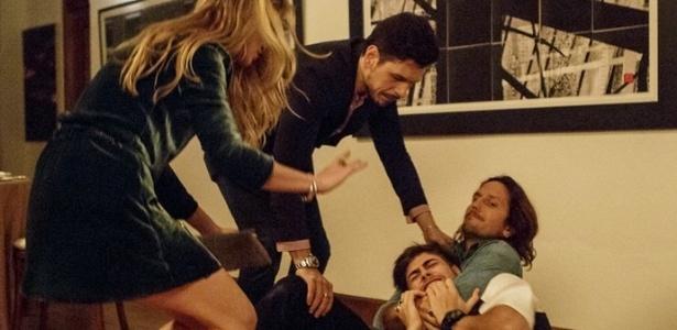"""Diana (Alinne Moraes) e Lázaro (João Vicente de Castro) tentam conter Gui (Vladimir Brichta), que ataca Léo Régis em """"Rock Story"""" - Reprodução/GShow"""