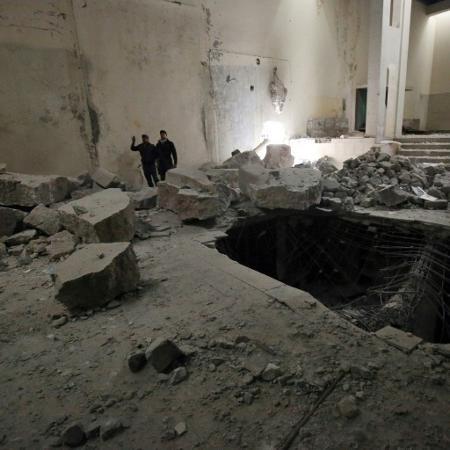 Forças iraquianas inspecionam os estragos dentro do museu de Mossul - AFP / AHMAD AL-RUBAYE