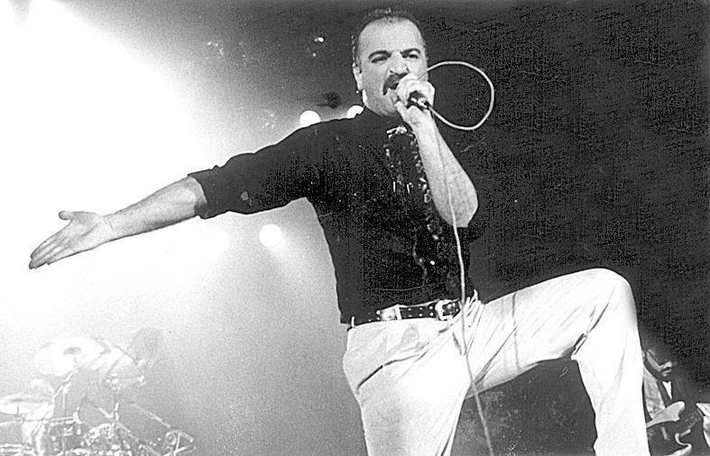 O cantor Kid Vinil no palco com o Magazine no início da sua carreira