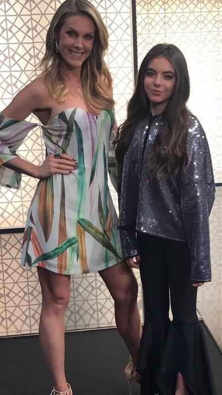 """Giullia Miranda posa com Ana Hickmann nos bastidores de """"Hora do Faro"""" - Reprodução/Instagram"""