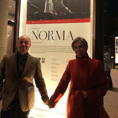 Florinda Meza, a Dona Florinda, posa com rapaz em Nova York - Reprodução/Twitter/Fc_Florinda