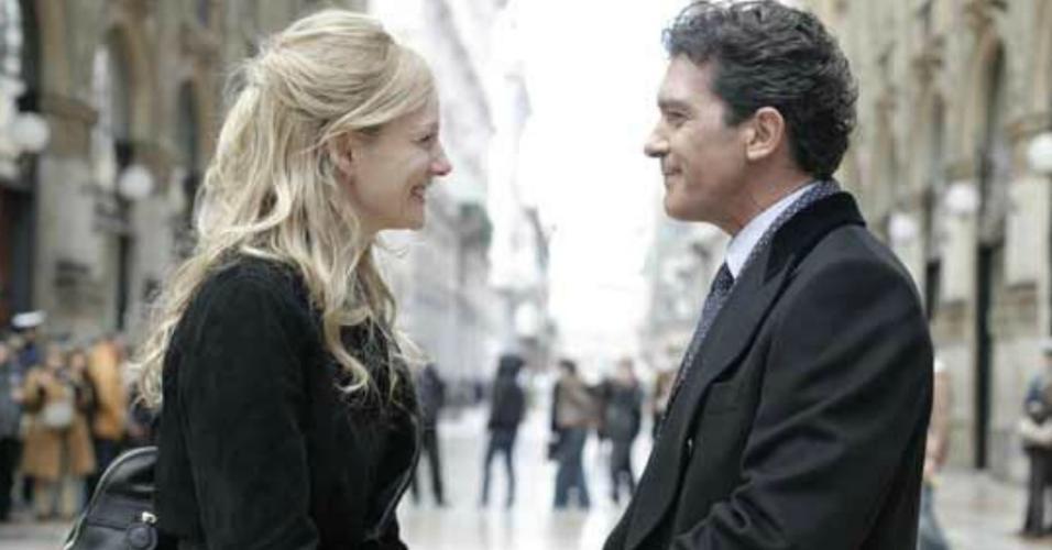 """Laura Linney e Antonio Banderas em cena de """"O Amante"""" (2008)"""