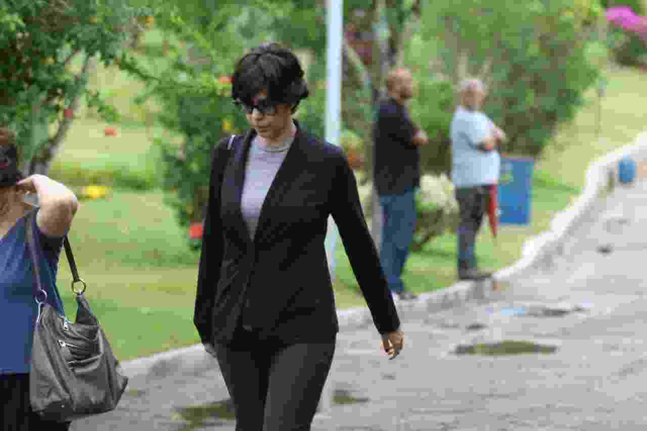 Maria Clara Gueiros se despede da amiga Márcia Cabrita no velório que aconteceu neste sábado (11) em Niterói - Daniel Pinheiro/AgNews