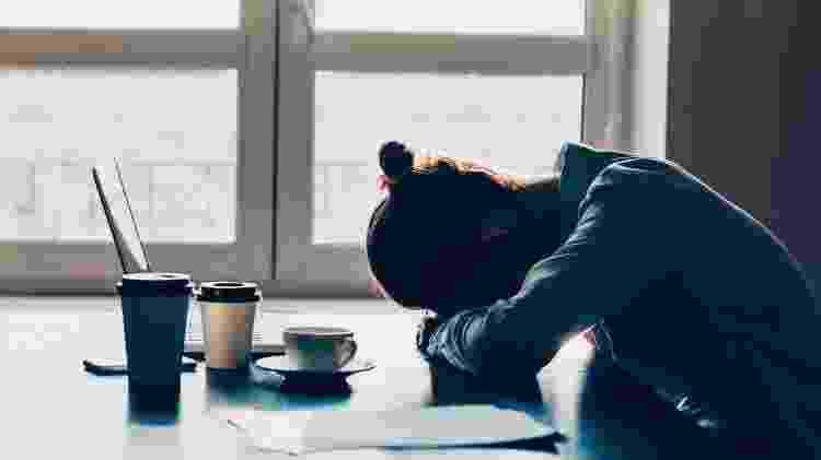 sono no trabalho; mulher cansada; trabalho cansativo; estresse - Getty Images - Getty Images