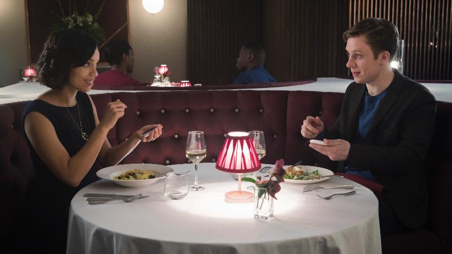 """Cena de """"Hang The DJ"""", episódio da quarta temporada de """"Black Mirror"""" - Jonathan Prime/Netflix"""