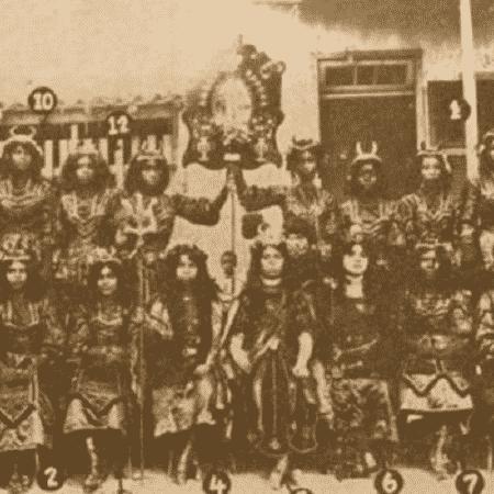 """Integrantes do rancho Ameno Resedá na apresentação """"A Corte de Belzebu"""", em 1911 - UFF/BBC"""