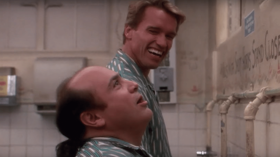 """Cena do filme """"Irmãos Gêmeos"""", com Arnold Schwarzenegger e Danny DeVito - Reprodução"""