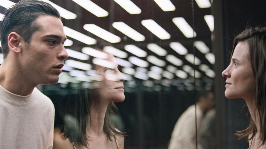 """Michele (Bianca Comparato) encontra um novo personagem, vivido por Bruno Fagundes, em cena da segunda temporada de """"3%"""" - Divulgação"""