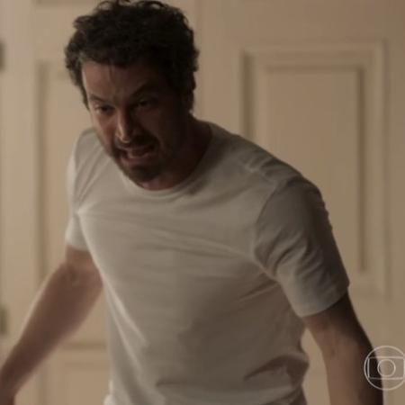 Edgar (Caco Ciocler) surta com Karen (Maria Luisa Mendonça) - Reprodução/Globo