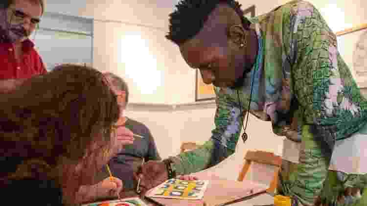 Duchelier Mahonza veio do Congo e ensina um pouco da história e a expressão dos tecidos africanos - Murilo Medina/Airbnb Maquina