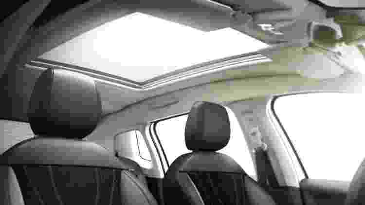 Teto solar não abre, mas agrega um toque de sofisticação ao SUV compacto da Peugeot - Divulgação