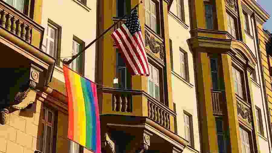 Bandeira LGBTQ+ estendida na fachada da embaixada dos EUA na Rússia - Reprodução/Instagram