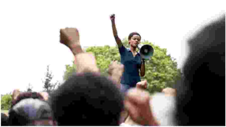 """Letitia Wright em cena de """"Mangrove"""", da antologia """"Small Axe"""" - Reprodução"""
